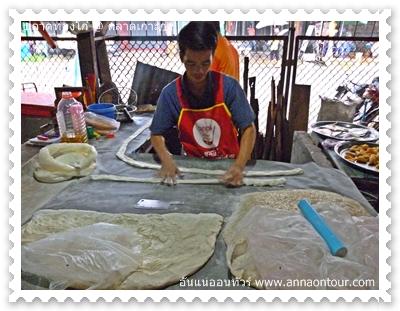 นวดแป้งสำหรับทอดปลาท๋องโก๋ในตลาดเกาะกง