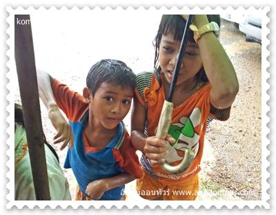 เด็กเขมรติดฝนที่กอมปิงปวย