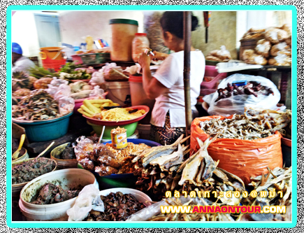 ร้านขายอาหารทะเลแห้งในตลาดเมืองเกาะสอง