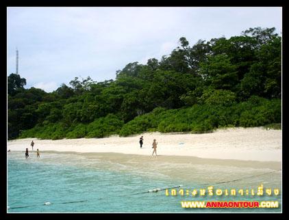 น้ำทะเลใส ๆ ที่เกาะเมี่ยง