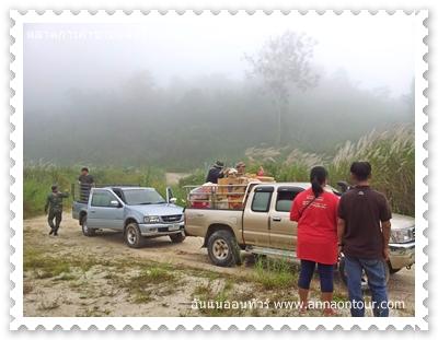 รถขายสินค้าจากฝั่งไทยเตรียมนำสินค้าขึ้นไปขายด่านชายแดนไทยพม่าที่สวนผึ้ง
