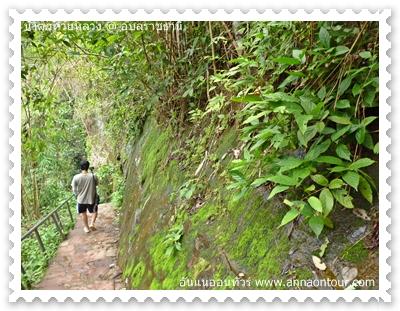 ทางเดินเป็นบันไดเลาะตามผนังหิน