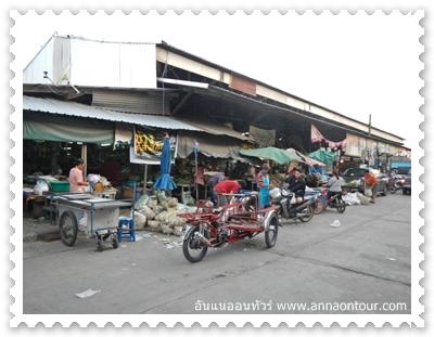 ตลาดลานสักในตอนเช้า